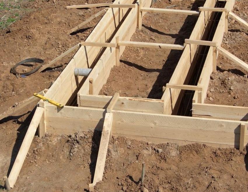 При монтаже опалубки для фундамента очень важно следить за точностью углов и стыков, поэтому необходимо использовать строительный уровень