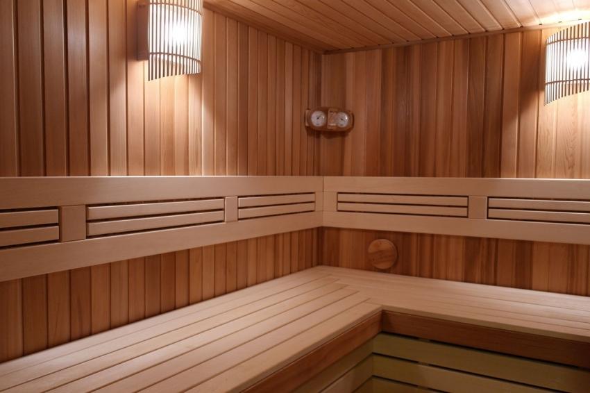 Для обшивки бани внутри чаще всего используется вагонка, которая просто монтируется и имеет длительный срок эксплуатации
