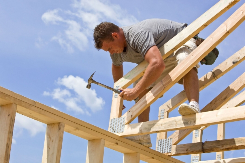 Для того чтобы конструкция была прочной, необходимо проверять правильность угла размещения стропил на мауэрлате