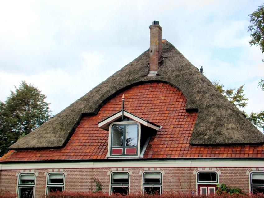 Четырехскатная шатровая крыша состоит из четырех поверхностей одинакового размера и треугольной формы, которые соединены в пике