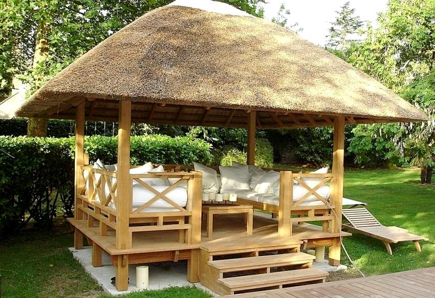 Пример удачного использования четырехскатной крыши для беседки, с покрытием из натурального сена
