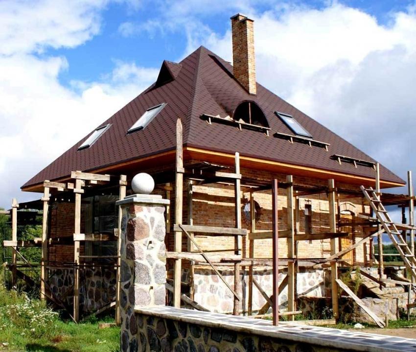 Форму, тип и размер крыши непроходимо выбирать исходя из характеристик здания и погодных условий региона