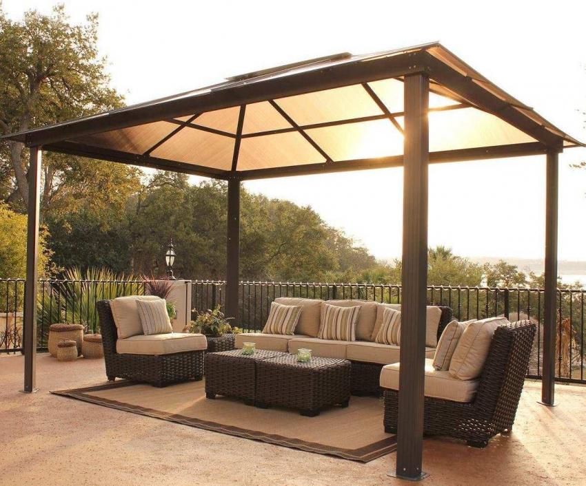 Четырехскатная крыша для беседки может быть построена как из бруса, так и из металлопрофиля