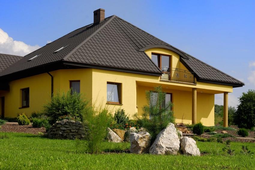 При строительстве четырехскатной крыши используется древесина, что позволяет подобрать любой кровельный материал