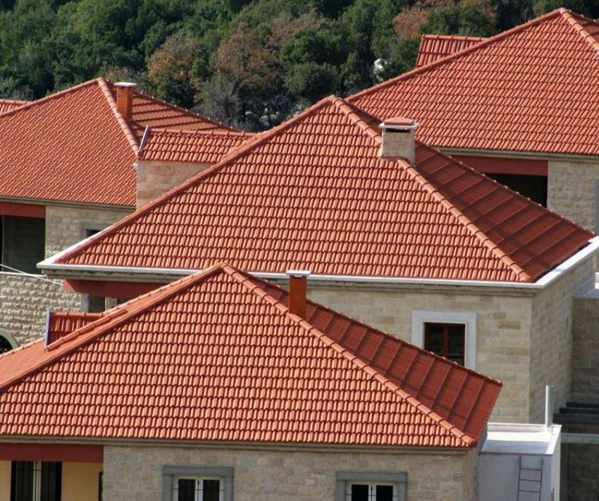 Классический вариант четырехскатной крыши является простой конструкцией, но все же требует знаний строительства и точных расчетов