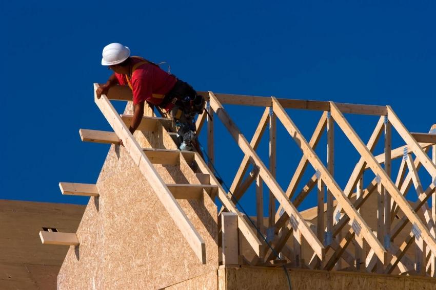 Стропильная система мансардной крыши имеет свои особенности конфигурации, которые важно учитывать при планировании и строительстве