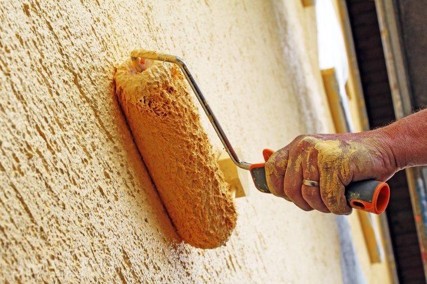Фактурную штукатурку «короед» можно окрашивать силиконовыми, акриловыми и силикатными красками, которые хорошо наносятся и быстро сохнут