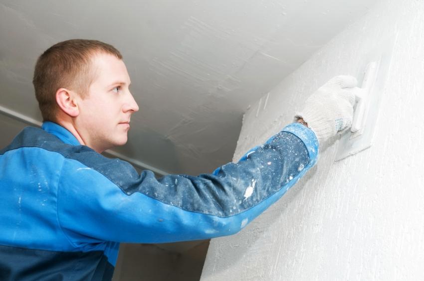 Ручное нанесение штукатурки используется для отделки небольших поверхностей, в то время как для целого фасада здания или других площадей лучше использовать механизированный способ