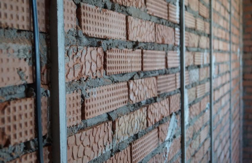 Маяки устанавливаются с целью качественного выравнивания стен для последующей штукатурки