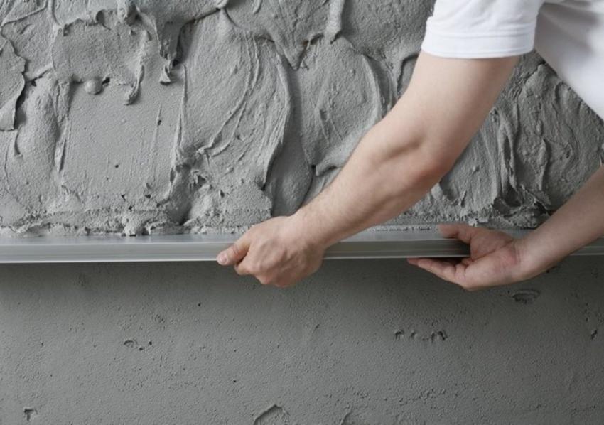 Кирпичные и бетонные стены необходимо предварительно выровнять с помощью черновой штукатурки