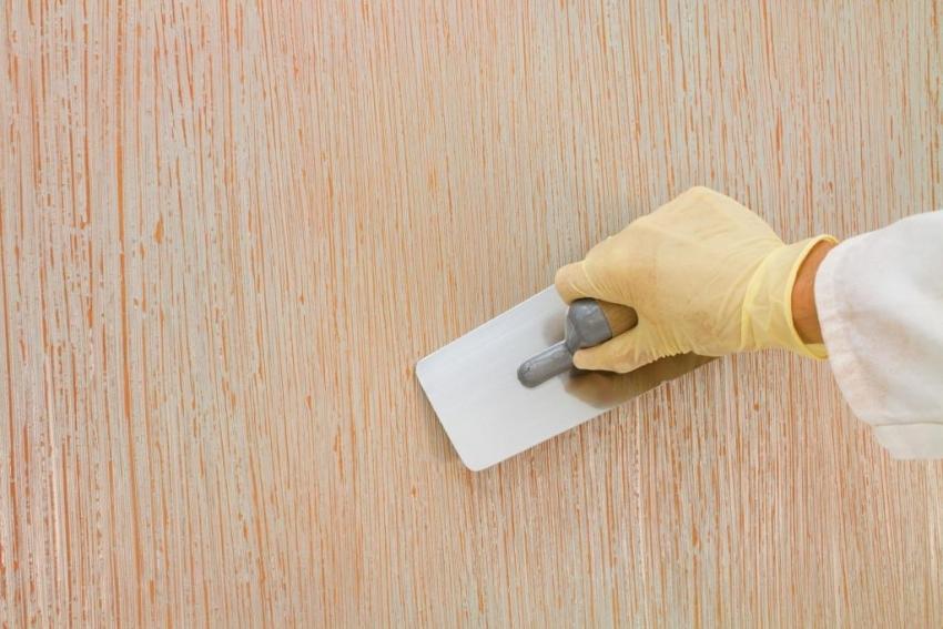 С помощью двух цветов штукатурки и метода придания фактуры «дождь» можно получить интересное и долговечное покрытие, за которым легко ухаживать