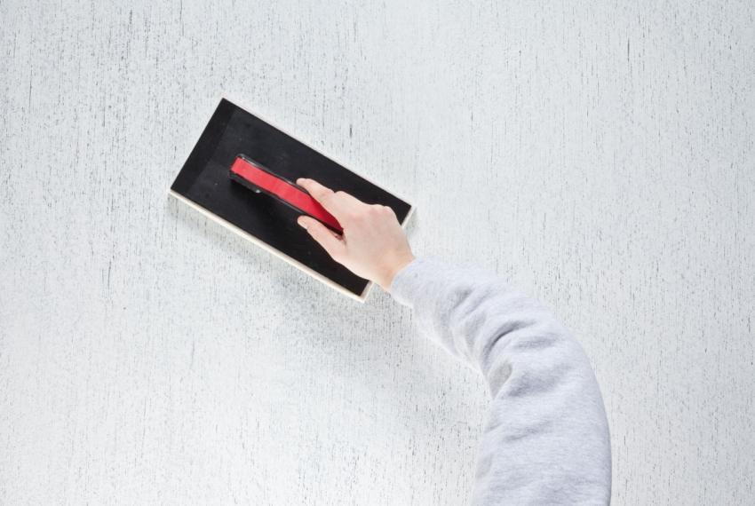 Фактура штукатурки «короед» создается с помощью специальной терки
