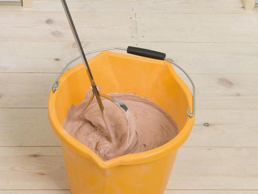 При приготовлении смеси для штукатурки можно добавить колер, но в этом случае необходимо правильно рассчитать необходимое количество для отделки всей поверхности