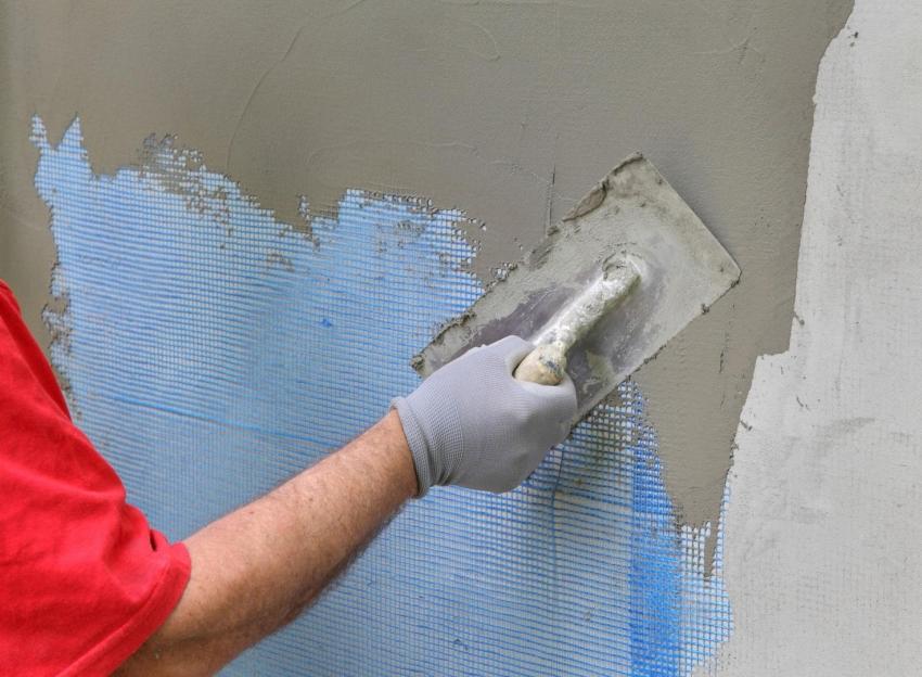 Армирующая сетка применяется для улучшения сцепления штукатурки со стеной и предотвращения образования трещин