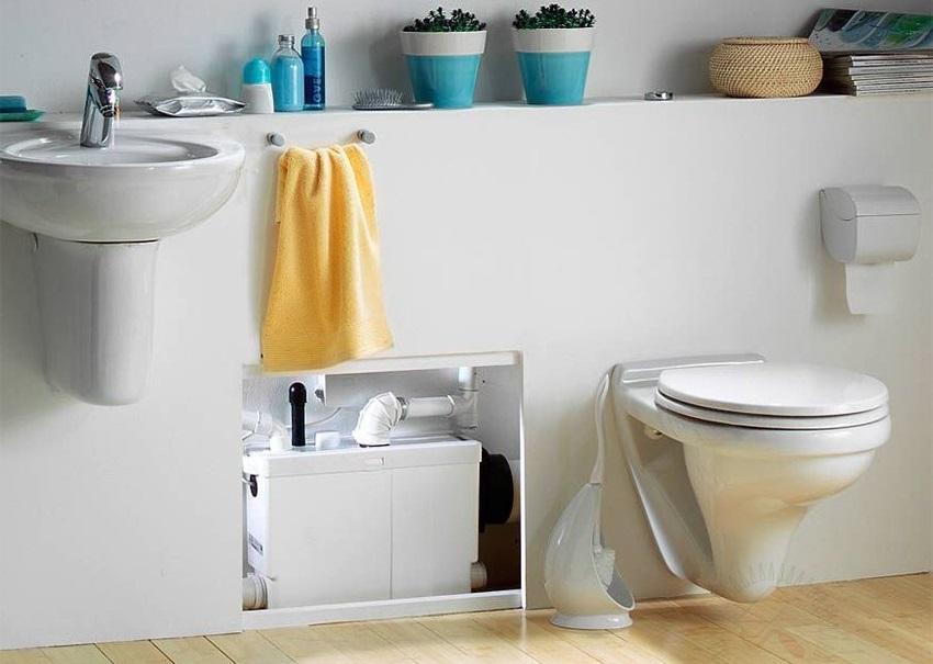Канализационный насос в ванной комнате