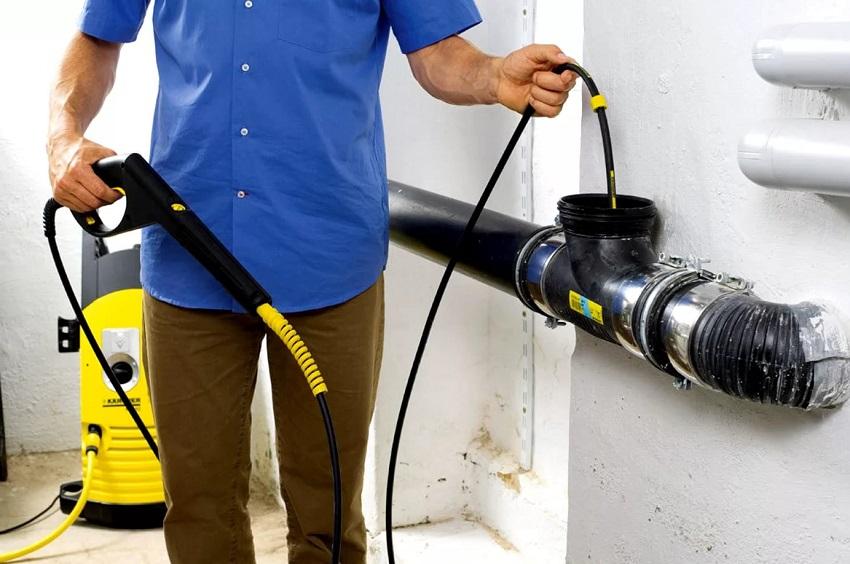 Почистить канализационную трубу можно самостоятельно