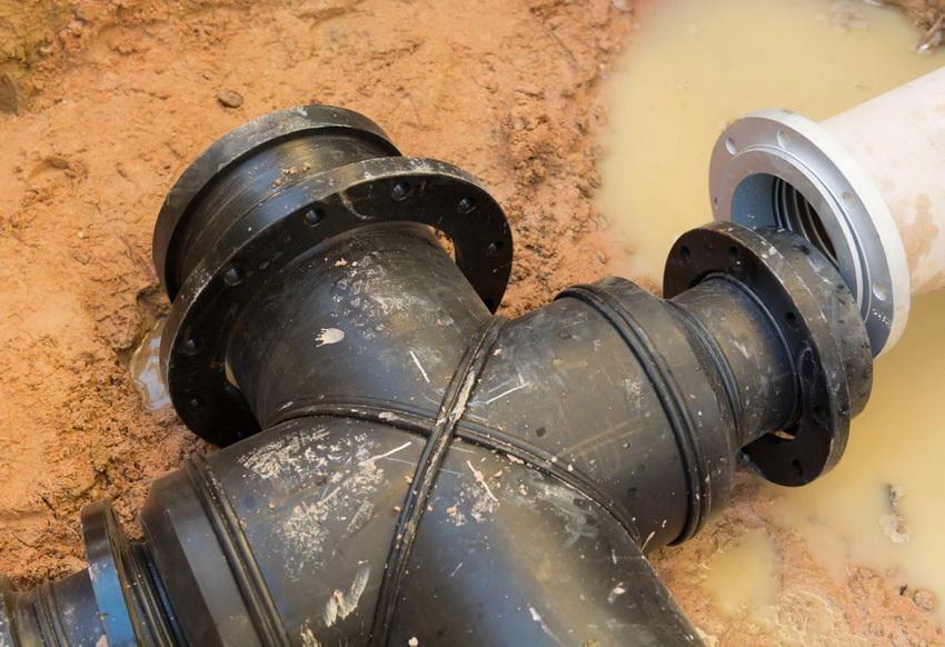 Чтобы избежать протекания, необходимо проводить монтаж канализационных труб строго в соответствии техническим требованиям