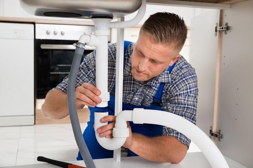 Монтаж пластиковых труб водопроводной системы к раковине