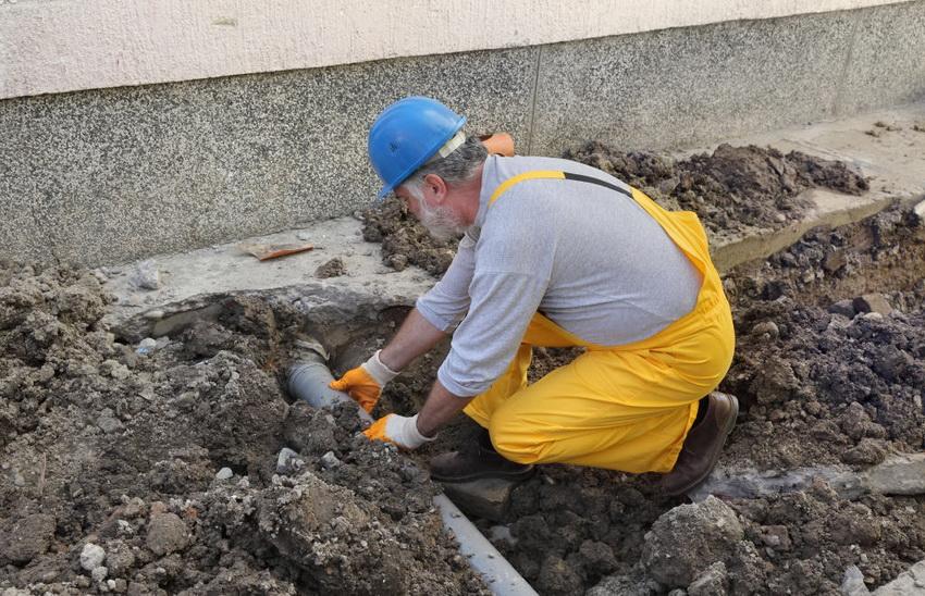 В большинстве канализационных систем стоки выводятся за счет естественной гравитации, поэтому трубы должны монтироваться с уклоном