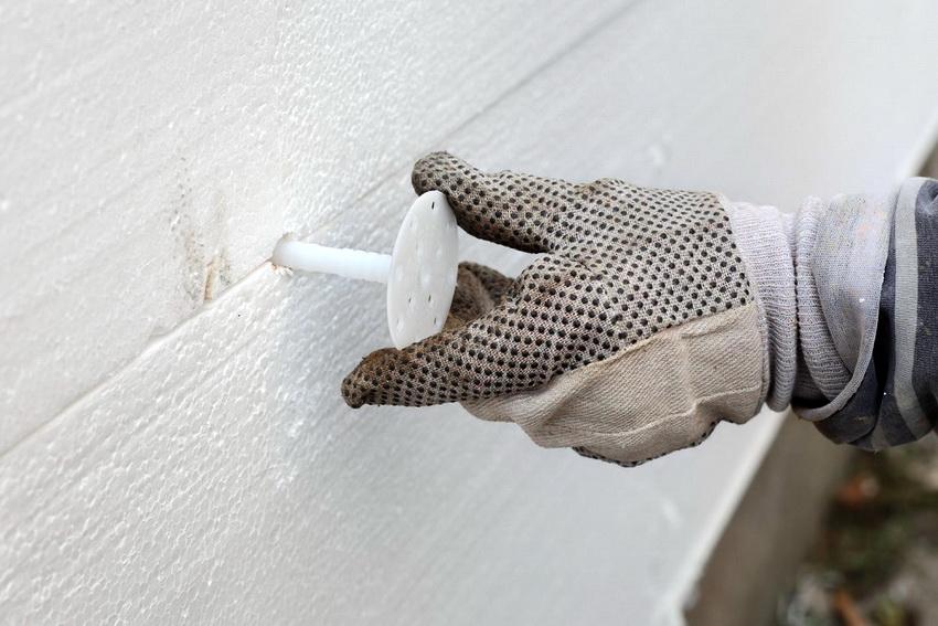 Укладка и закрепление пенополистирола на стене
