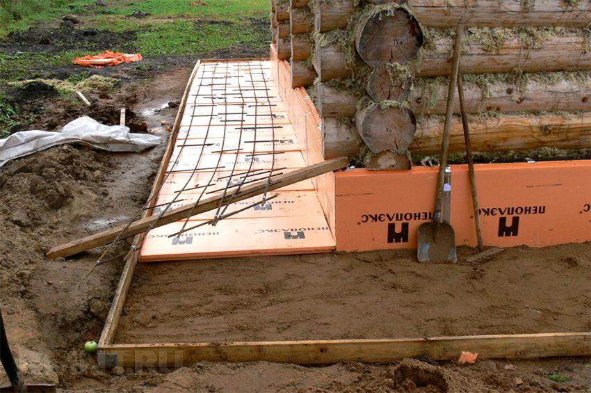 Экструдированный пенополистирол прекрасно подойдет для утепления фундамента деревянного дома