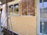 Работы по утеплению деревянного дома лучше производить снаружи, чем внутри