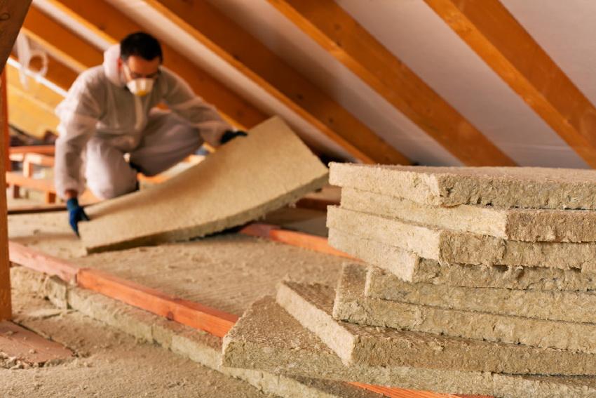 Для теплоизоляции мансарды используются различные материалы, такие как минеральная вата, пенопласт и т. д