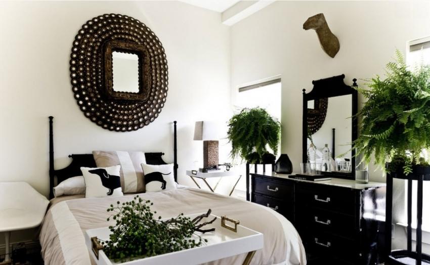 Белые обои в интерьере предполагают использование ярких акцентов - растений, зеркал, картин или панно