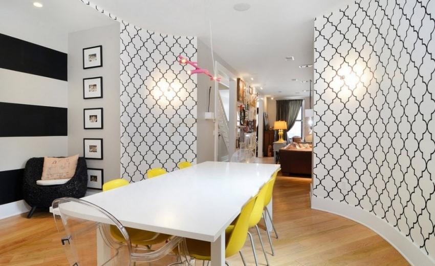 Пример удачного комбинирования черно-белых обоев с рисунком и покраской стен