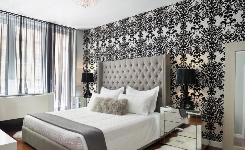 Черно-белый интерьер может быть уютным, для этого стоит использовать текстиль теплых пастельных оттенков