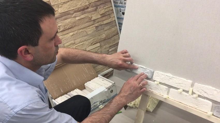 Самостоятельно провести монтаж плитки из гипса не составит труда даже новичку