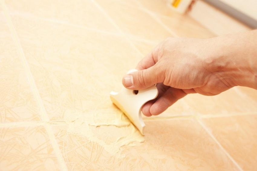В случае если состав затирки начал крошится, лучше оперативно заполнить щели новым слоем, чтобы продлить срок эксплуатации плиточного покрытия