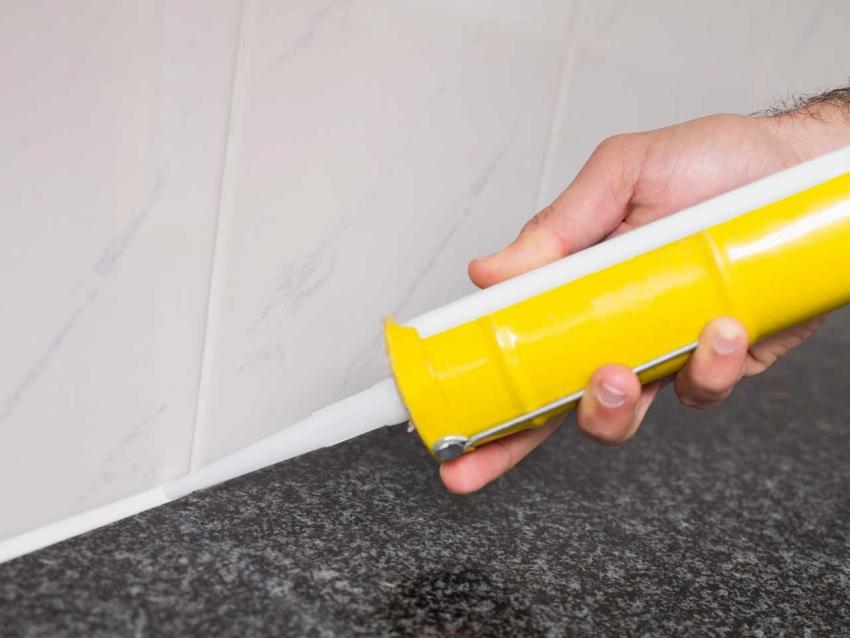 Стыки между плиткой и стеной необходимо обработать герметиком