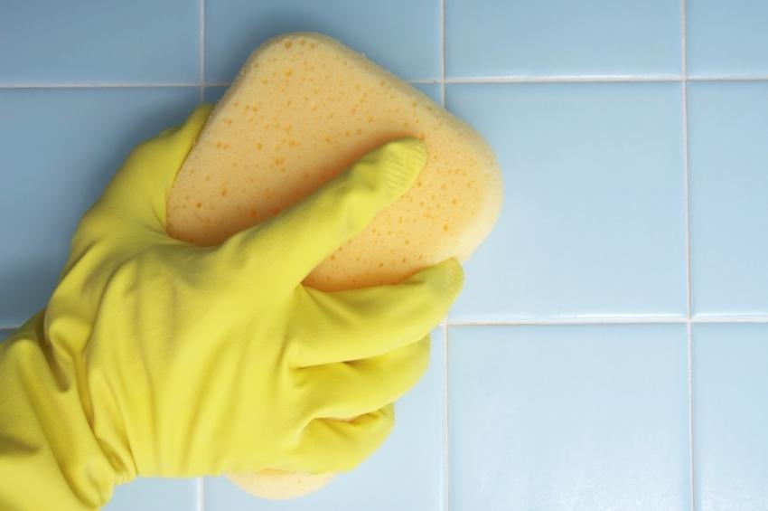 После высыхания затирки, остатки состава необходимо удалить с поверхности плитки с помощью влажной губки