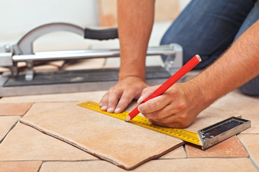 В случае выбора сложного рисунка, плитку вначале необходимо подрезать по размеру, разместить на поверхности и, убедившись что все стыки ровные, начинать укладку