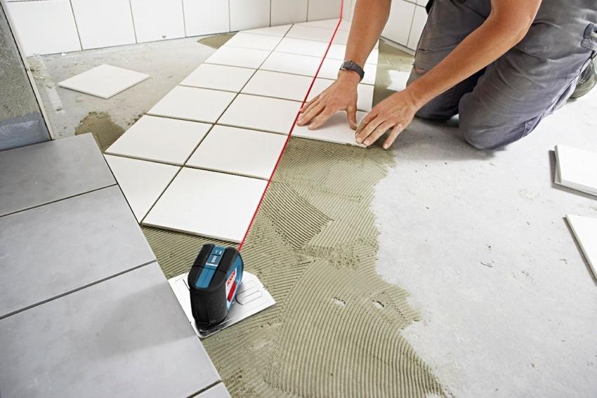 Укладка плитки по диагонали требует тщательной разметки и периодичной проверки размещения строительным уровнем
