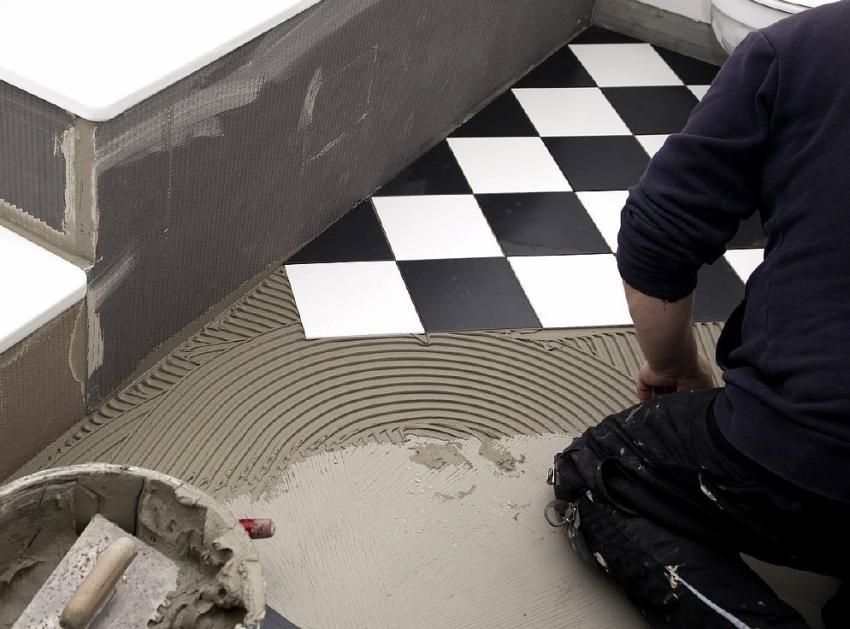 Диагональный способ укладки часто используется с применением двух оттенков керамической плитки