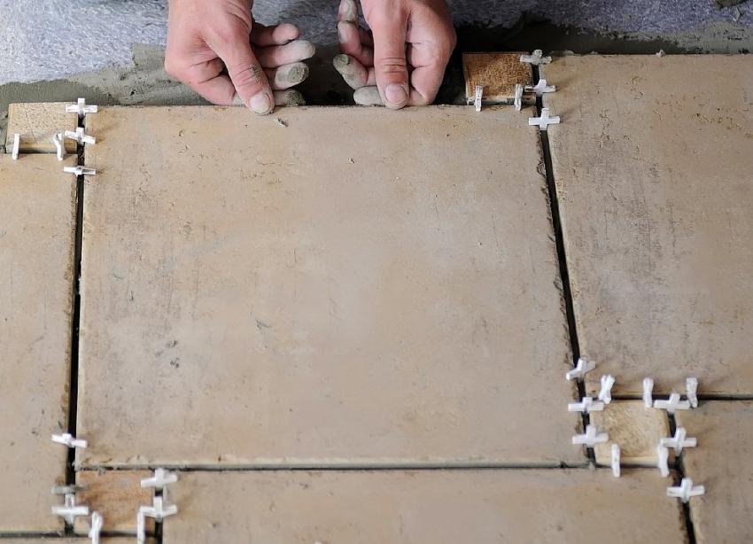 При укладке керамической плитки следует использовать специальные крестики для фиксации размера швов