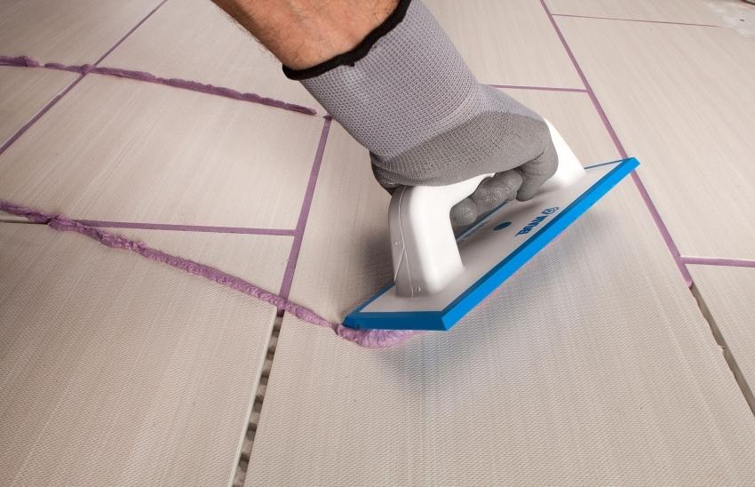 В зависимости от цветовой гаммы выбранного интерьера, с помощью затирки можно выгодно подчеркнуть оригинальность укладки плитки