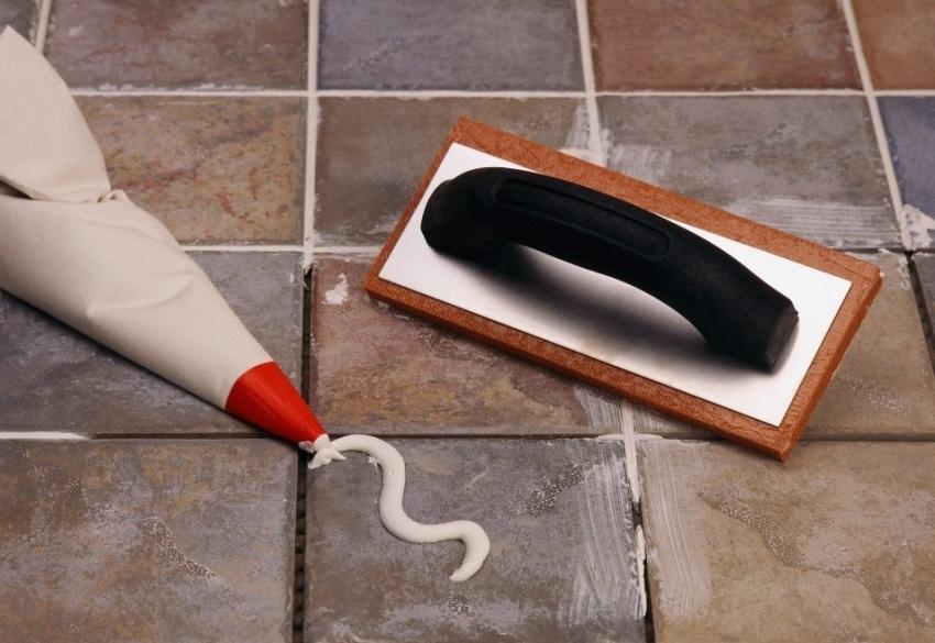 Для экономии смеси затирки, можно использовать кондитерский мешок и небольшой шпатель