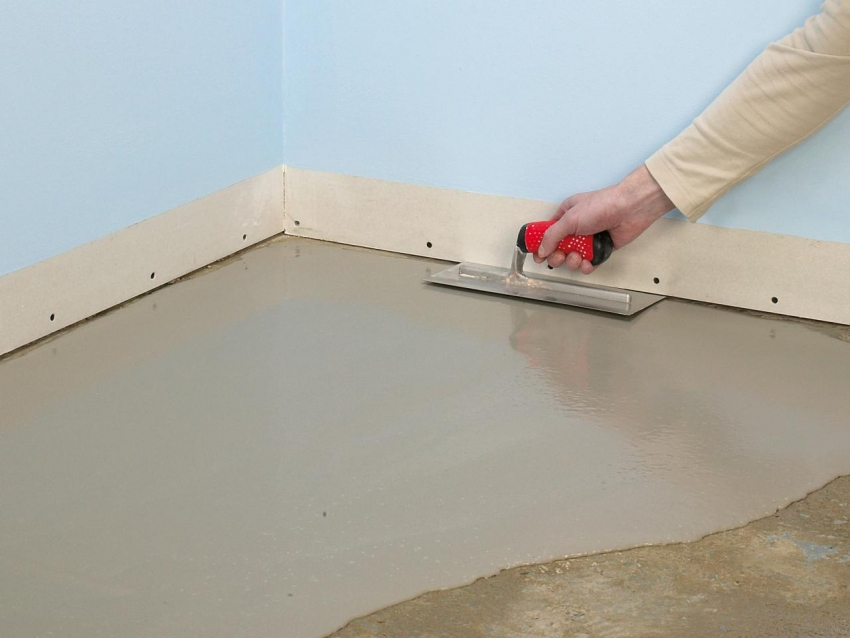 Если пол имеет значительные дефекты, для качественной укладки покрытия стоит произвести новую стяжку