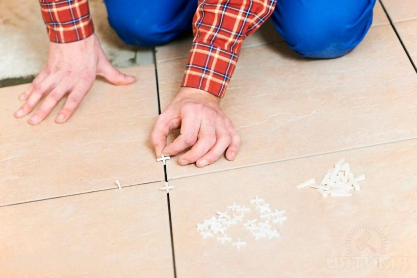 Для того чтобы покрытие служило долго, следует контролировать уровень укладки и толщину швов