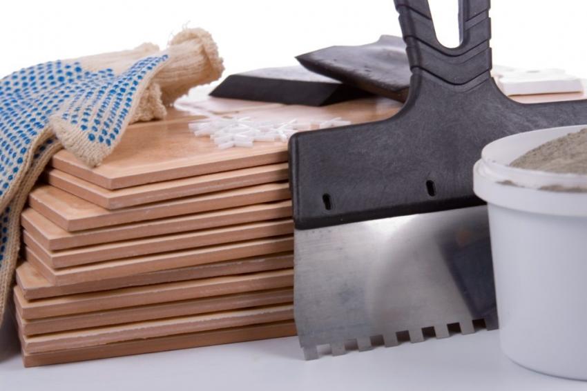 При укладке керамической плитки, не стоит пренебрегать рекомендациями специалистом о выборе инструментов для проведения работ