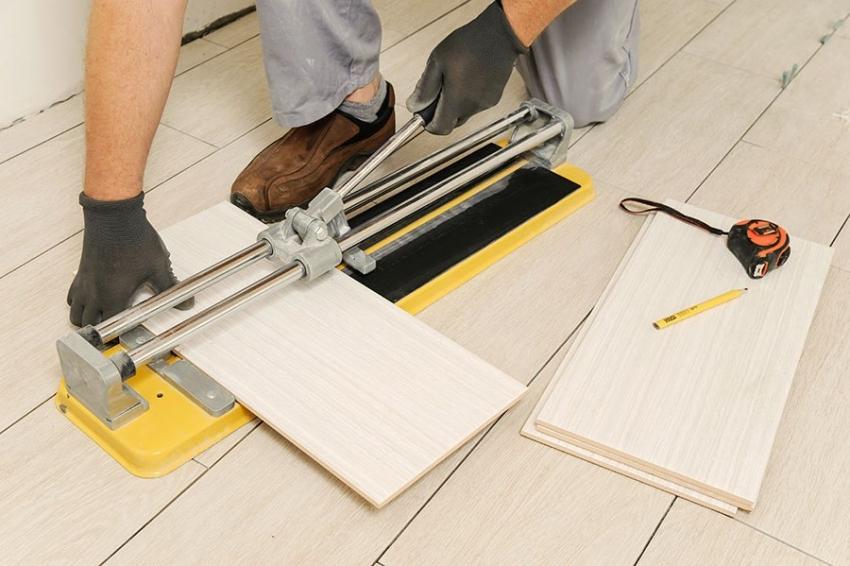 Для того чтобы качественно порезать керамическую плитку, следует использовать плиткорез или болгарку