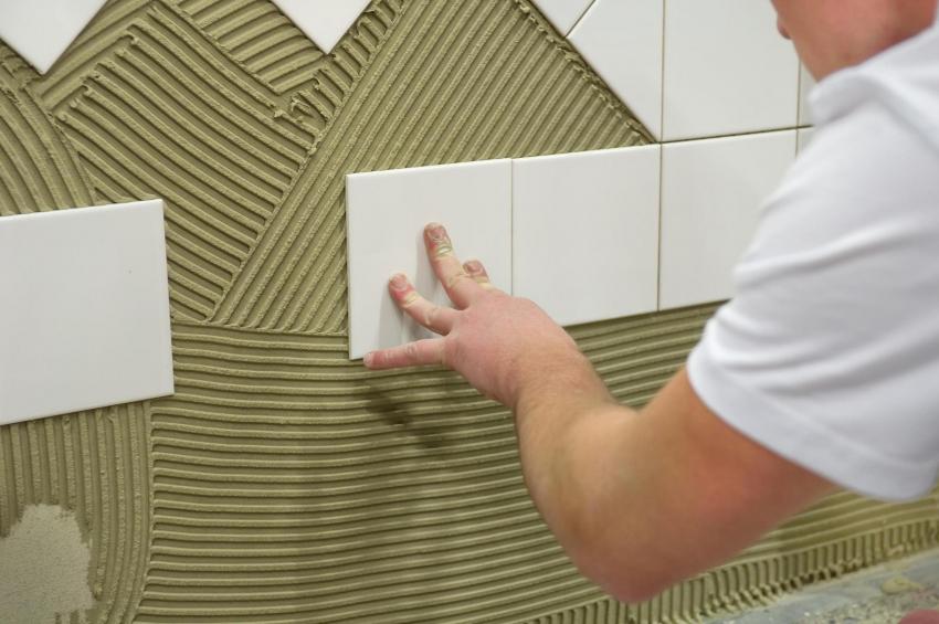 Укладка на стене сложного рисунка требует опыта работы с керамической плиткой и точной разметки