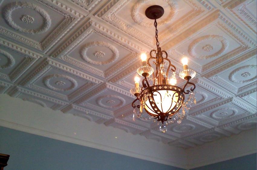 Форму и размер плитки для отделки стоит выбирать из учета высоты потолков в помещении