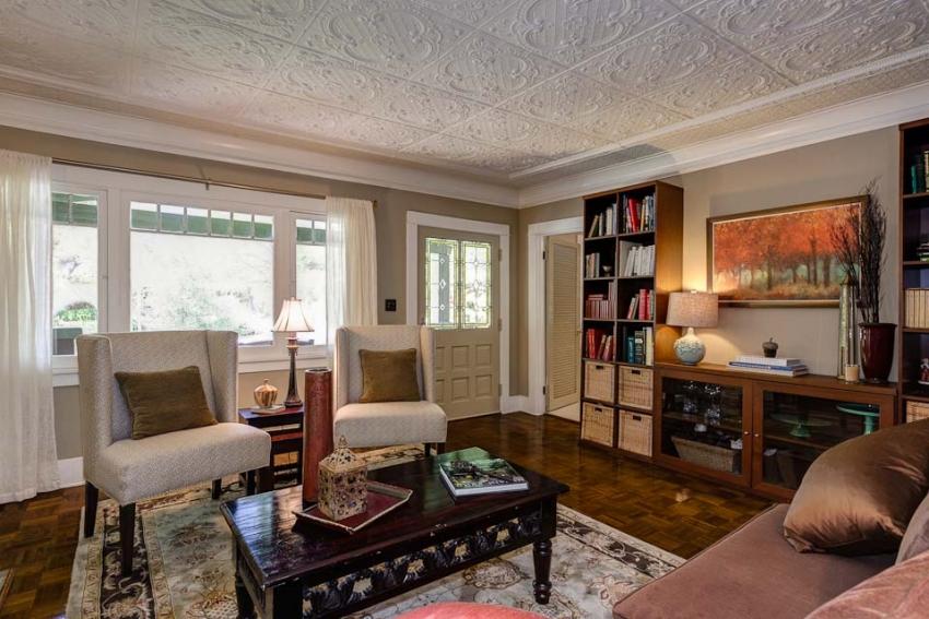 При покупке плитки для отделки потолка, стоит приобрести на 1-2 изделия больше для случаев поломки блока при приклеивании или неровного среза