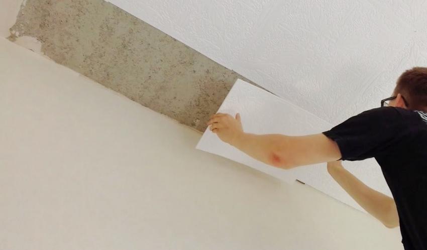 Особое внимание следует уделить монтажу плитки возле стены, для того чтобы оставить минимальный зазор и не приклеить полотно внахлест, что может привести к неровностям, которые очень видны на потолке