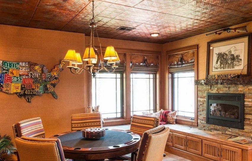 Потолочная плитка довольно проста в уходе, но стоит обращать внимание на то, какой вид плитки для какого помещения лучше всего подходит