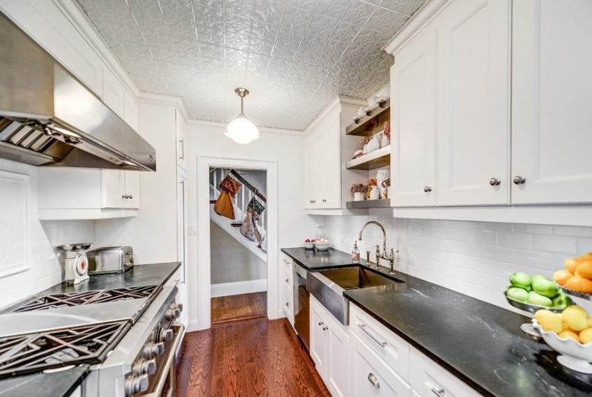 Инжекционная плитка не боится воздействия пара и влаги, поэтому ее можно применять для отделки потолка в ванной комнате и кухне